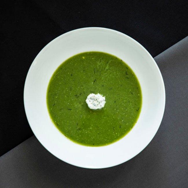 Letná špenátová polievka s kozou ricottou a kôprom